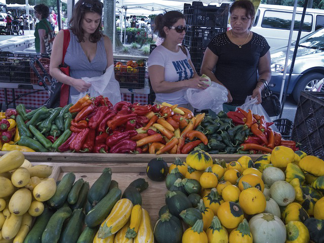 (Shoppers buy vegetables at a local Farmers Market in Annandale, Virginia, August 8, 2013. Photo: AFP Photo/Paul J. Richards/Getty Images )