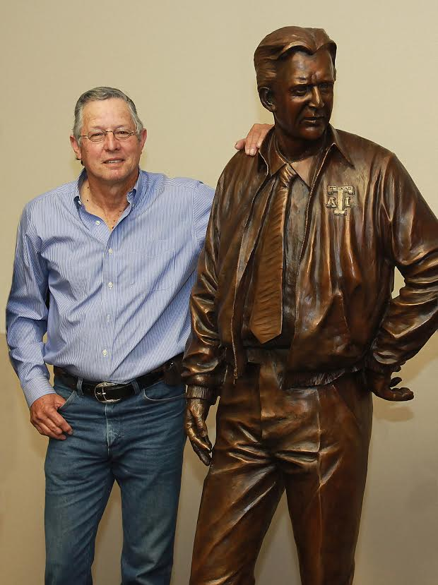 Armando Hinojosa with his statue of Coach Gil Steinke (Photo/Doug Smith)